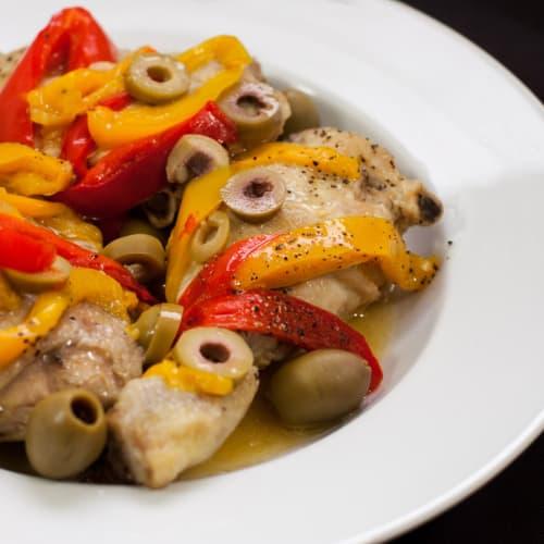 Pollo con olive e peperoni.