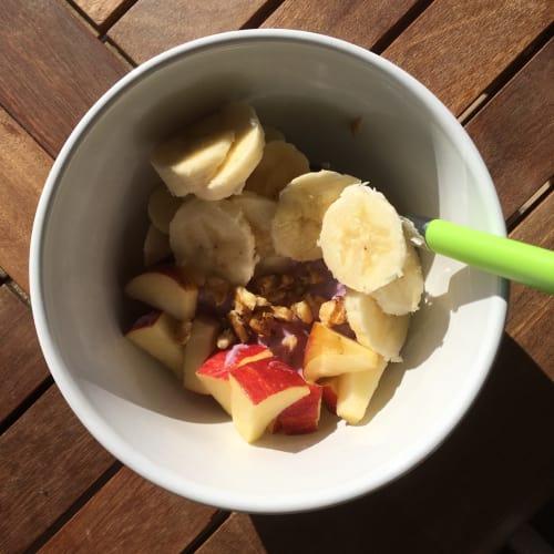 Porridge con mele, banane, noci e yogurt