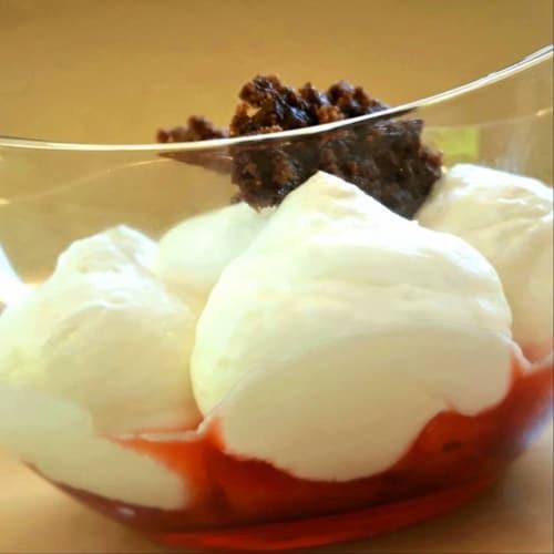 Fresas, mousse de yogurt y crumble de coco y almendras