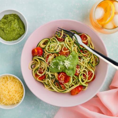 Spaghetti di zucchine con pesto alla rucola e basilico