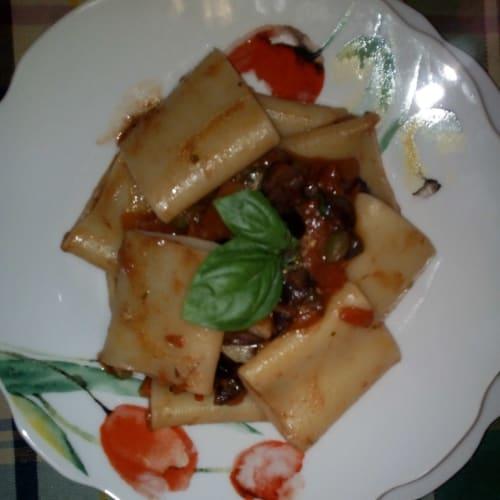 Paccheri al sugo di pomodoro fresco capperi e olive