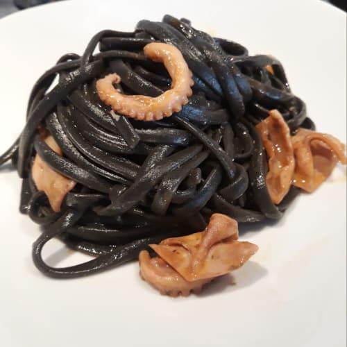 Bavette en negro con calamares y pulpo
