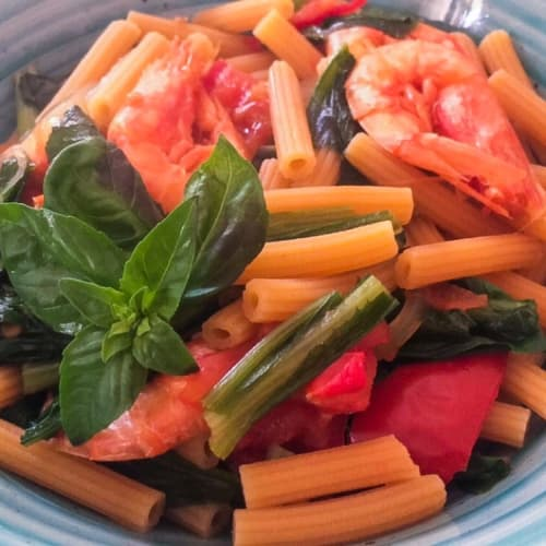 Chickpea flour pasta with chicory, tomato and red shrimp.