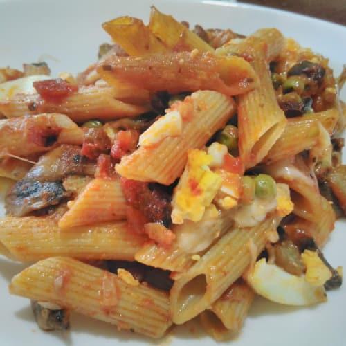 Penne rigate gratinado con setas de berenjena, huevos y mozzarella filantea