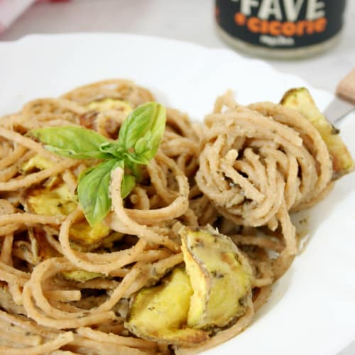 Spaghetti with velvety fava beans and chicory and zucchini chips