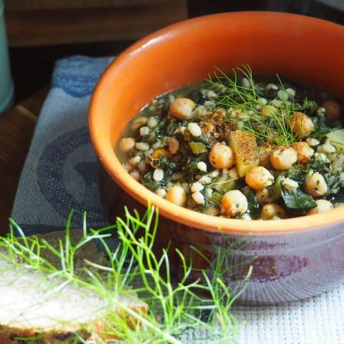 Zuppa di cavolo nero e foglie di finocchio con orzo e ceci
