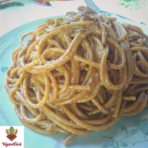 Espaguetis integrales con crema de cacahuete