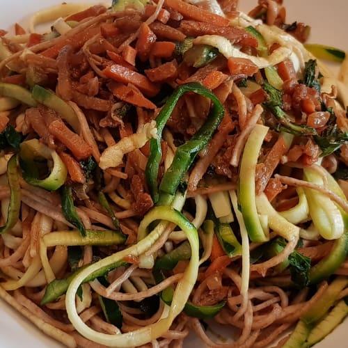 Spaghetti di zucchine e spaghetti integrali con verdure alla cinese
