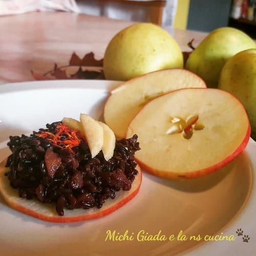 Arroz venus, manzanas y chorizo.