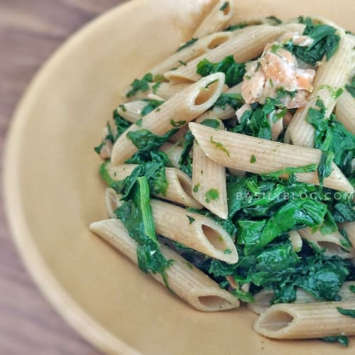 Whole penne pasta with salmon and spinach