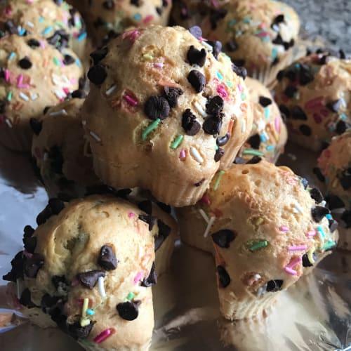 Muffin en agua con trocitos de chocolate.