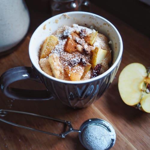 Torta di mele in tazza