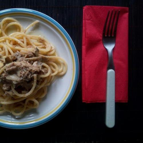 Espaguetis cuadrados con alcachofas y atún.