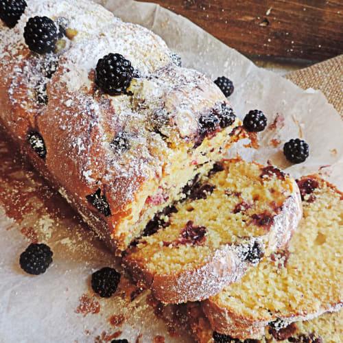 Plumcake with philadelphia and blackberries