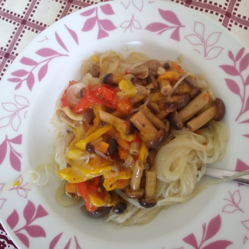 Noodles con funghi chiodini e peperoni con pesto di funghi porcini