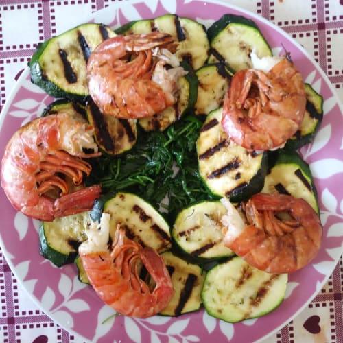 Gamberoni e zucchine su letto di rucola