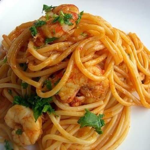 Spaghetti al sugo con gamberetti