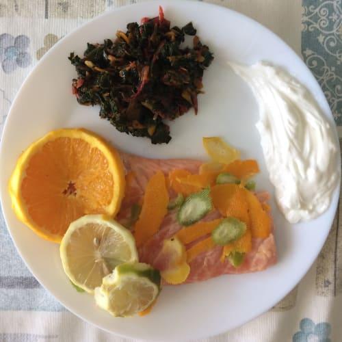 Salmón marinado en cítricos con yogur griego y acelgas