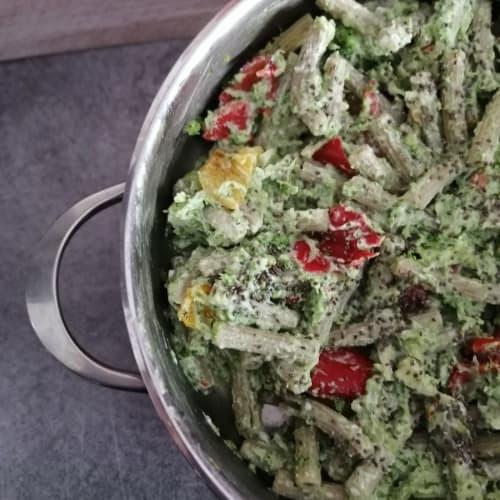 Pasta de legumbres con brócoli, ricotta y pimientos.