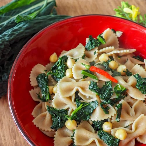 Whole wheat pasta with chickpeas and black cabbage