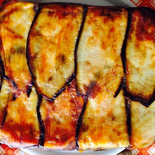Pasta al horno cubierta con berenjenas.