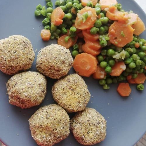 Polpette di tonno con piselli e carote