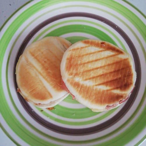 Mozzarella Y Tigelle De Jamón