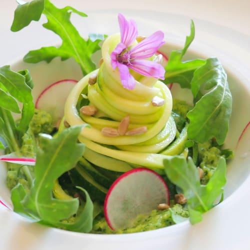 Spaghetti di Zucchine con pesto di Rucola e foglie di Sedano