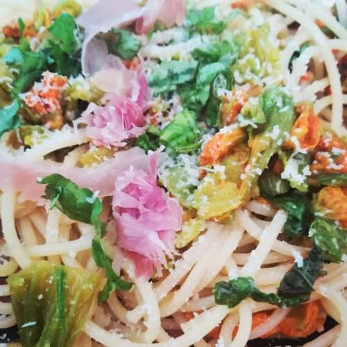 Spaghetti con fiori di zucca e crudo croccante