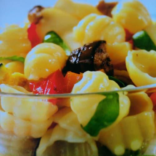 Conchas frías con verduras a la parrilla y scamorza ahumada.