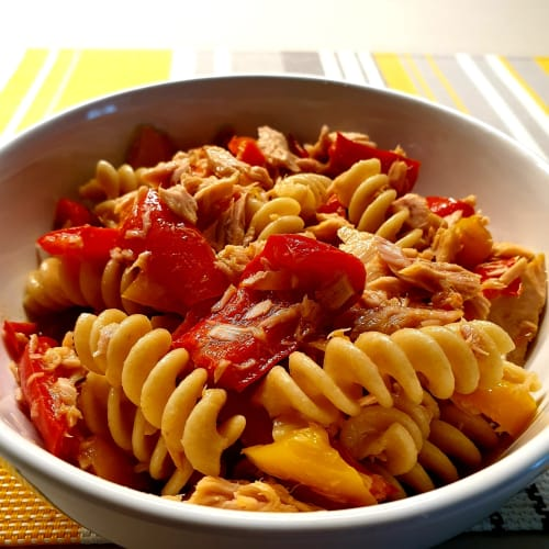 Whole wheat fusilli with peppers and tuna