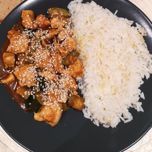 Riso con pollo e zucchine in salsa di soia