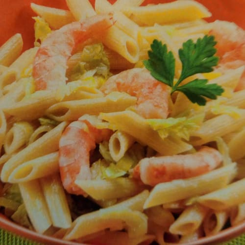 Pasta with shrimp, cabbage and leek