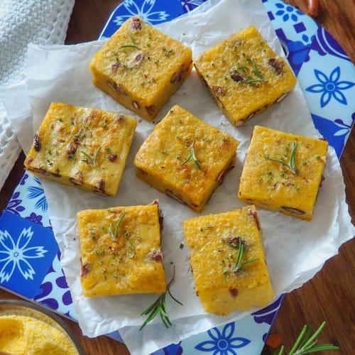 Cuadrados de polenta cubiertos con frijoles
