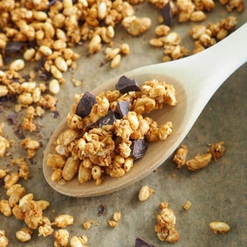 Granola con arachidi e cioccolato