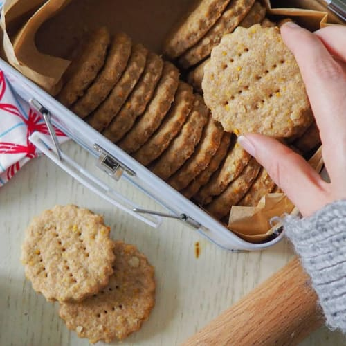 Whole wheat biscuits with oats and orange