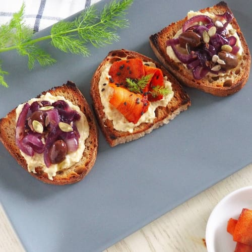 Crostini with chickpea hummus with capers