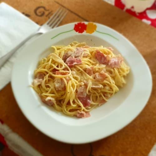 Pasta con speck croccante e crema di philadelphia e nocciole
