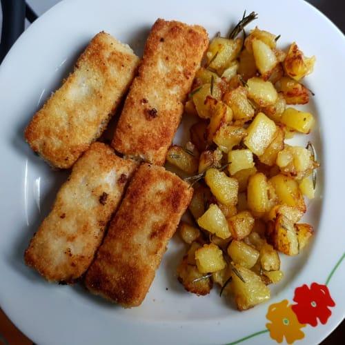Nasello panato con patate al rosmarino