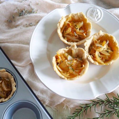 Tartellette con cipolla caramellata e lavanda
