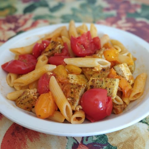 Pasta, tofu e pomodorini bicolor
