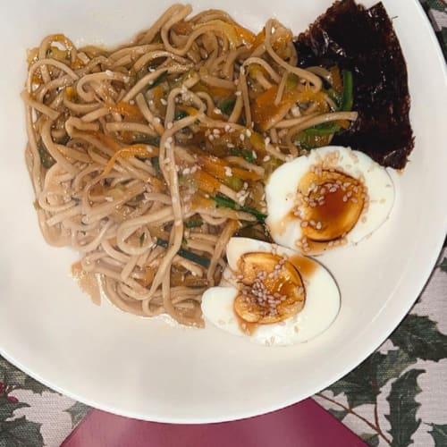Noodles con verdure e uovo