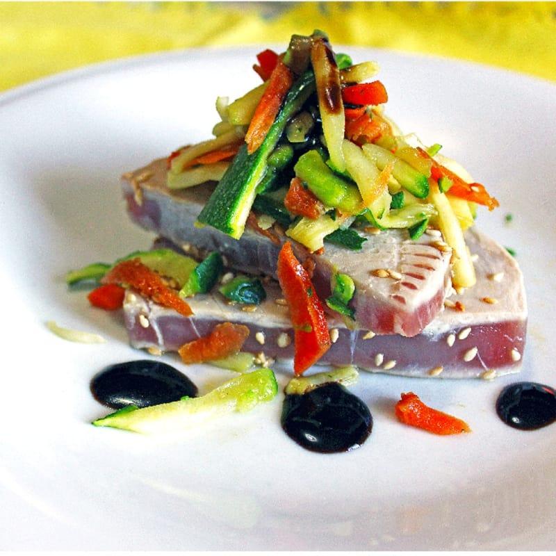 El atún rojo braseado con sésamo y verduras crujientes