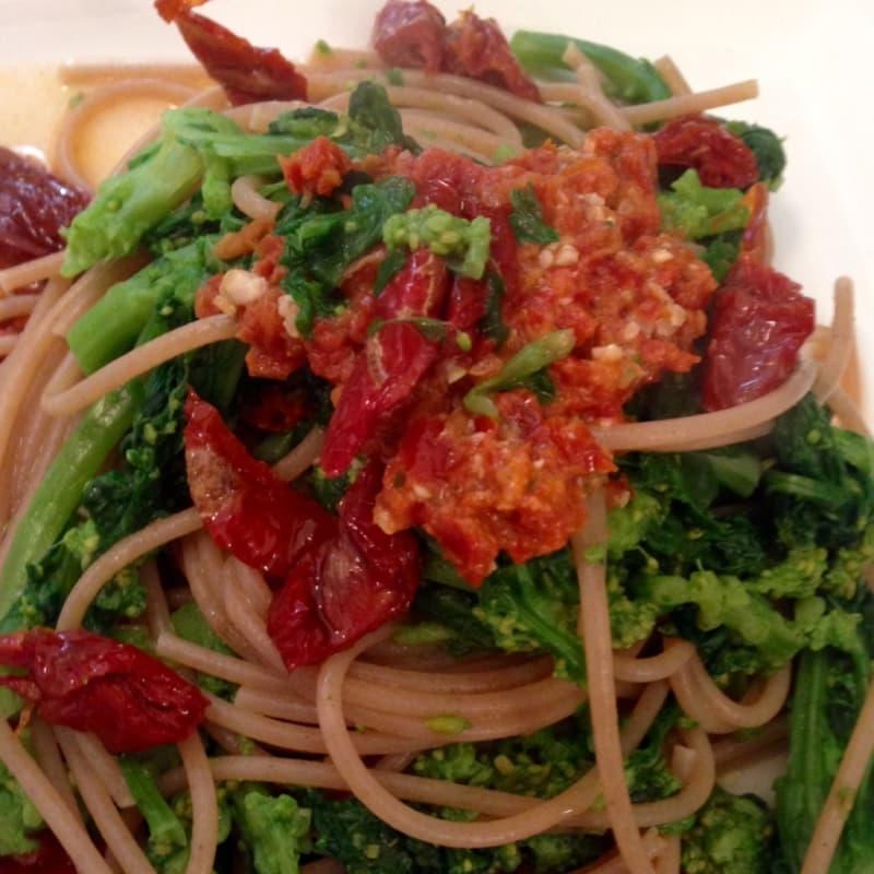espaguetis integrales con pesto de brócoli rabe y tomates secados al sol