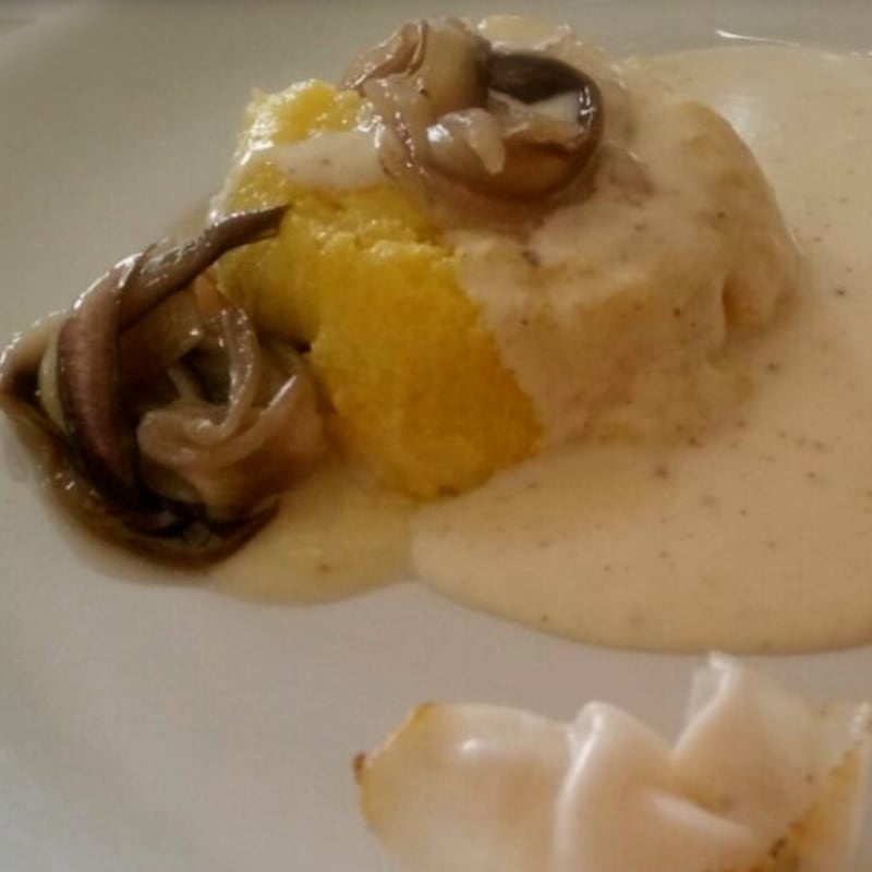 pastel de polenta con radicchio y taleggio fondue de queso y castelmagno