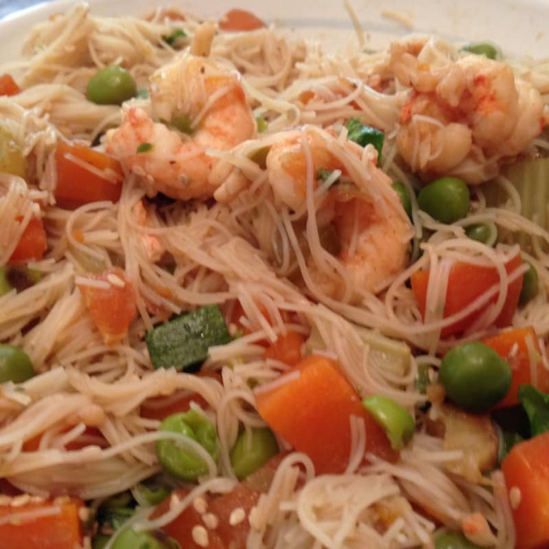 espaguetis de soja con verduras y gambas