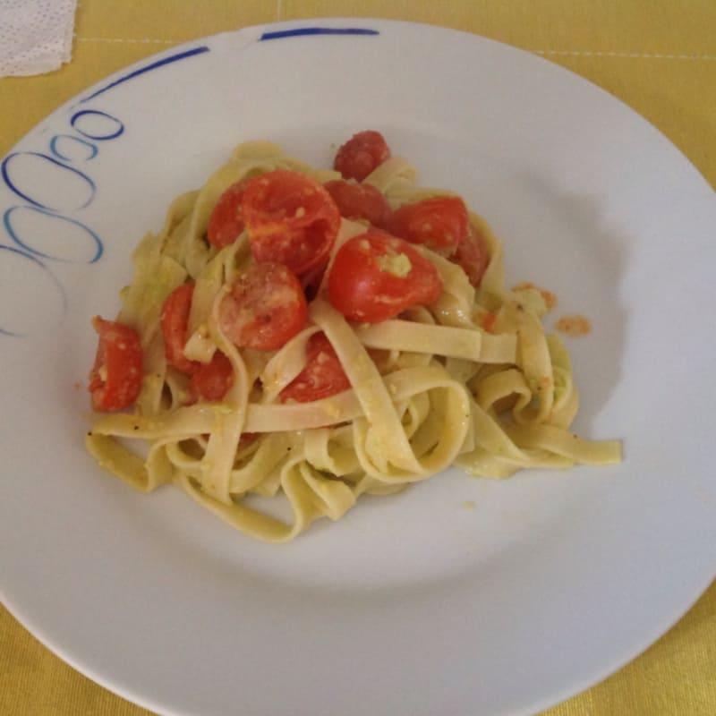 Tallarines con crema de aguacate y tomates cherry