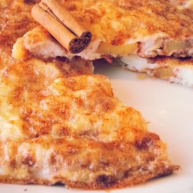 dulce tortilla de manzana, canela y avellanas