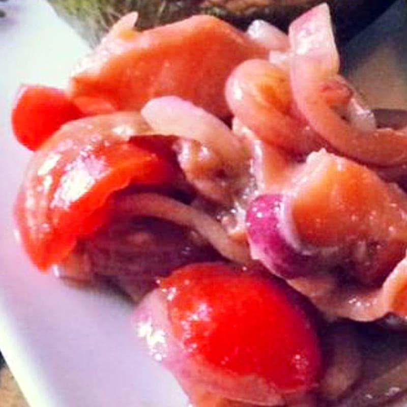 salmón ahumado con vinagre balsámico y cebolla roja