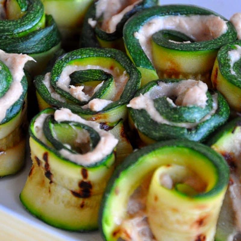 Rollos de calabacín en salsa de atún
